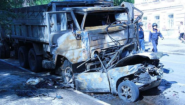 В Саратове в результате столкновения КамАЗа, автобуса и двух легковых автомобилей погибли три человека.